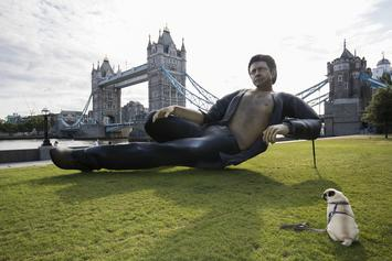 """Ridiculously Large (& Sexy) Jeff Goldblum Statue Made For """"Jurassic Park"""" Anniversary"""