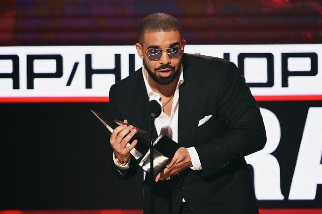Drake accepting an award at 2016 American Music Awards